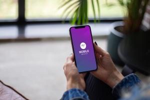 手持iPhone手机屏幕预览样机模板 Mobile with Hand Mockup插图1