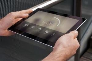 手持iPad使用场景APP应用&网站设计演示模板 Tablet Mock-up插图4
