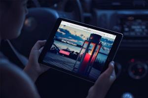 手持iPad场景移动网站设计展示样机 iPad Mock-Ups插图1