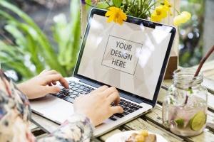 笔记本电脑场景网站设计展示样机 Woman using a laptop Mockup插图2