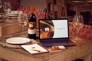高级餐厅VI视觉设计酒瓶/MacBook/名片/菜单样机模板 Wine Bottle, MacBook, Business Cards and Menu Mockup插图1