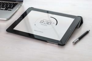 手持iPad使用场景APP应用&网站设计演示模板 Tablet Mock-up插图16