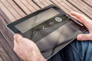 手持iPad使用场景APP应用&网站设计演示模板 Tablet Mock-up插图2