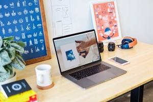 办公桌场景MacBook Pro屏幕预览样机模板v1 Macbook Pro Mockup Set Vol 01插图2