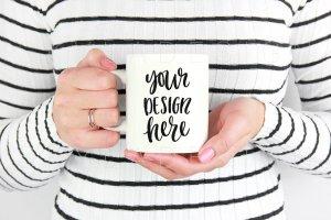 手持白色马克杯样机模板 White mug mockup stock photo插图1