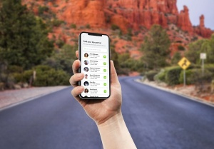 手持iPhone 11手机场景屏幕预览样机模板 iPhone 11 Pro on Hand Mockup插图5