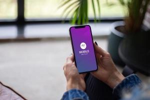手持iPhone手机屏幕预览样机模板 Mobile with Hand Mockup插图2