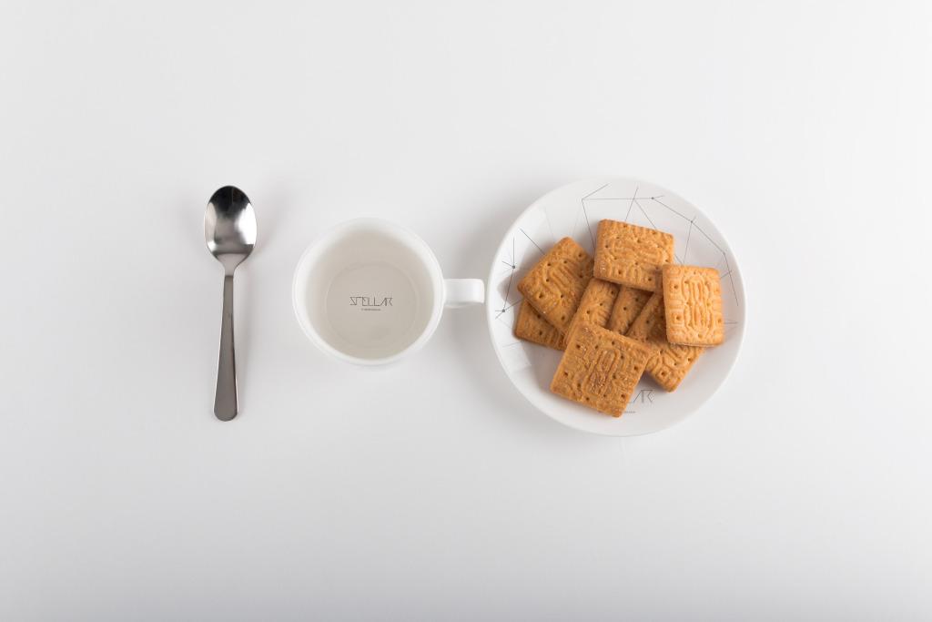 咖啡杯咖啡品牌商标设计预览样机01 Coffee Cup with Cookies Mockup 01插图