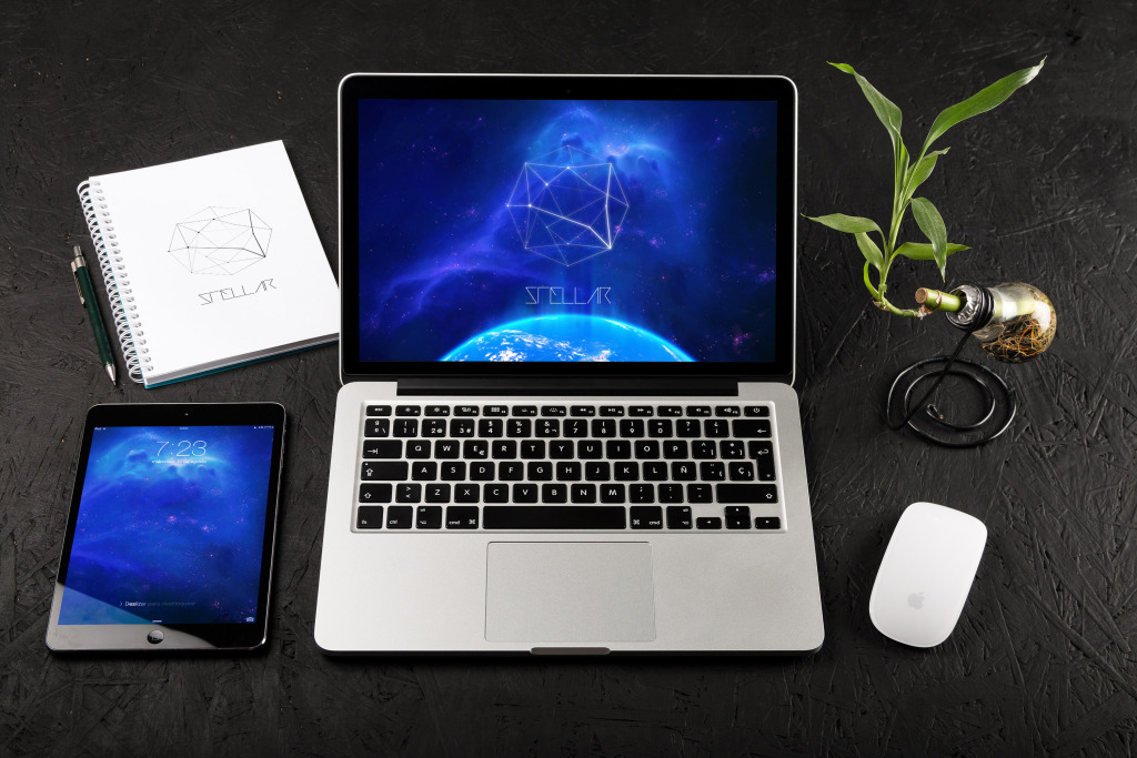 办公桌面场景MacBook Pro&iPad Mini屏幕界面设计效果图样机01 MacBook Pro Retina 13 and iPad Mini Mockup 01插图