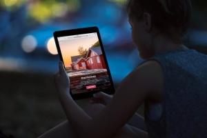 手持iPad场景移动网站设计展示样机 iPad Mock-Ups插图5