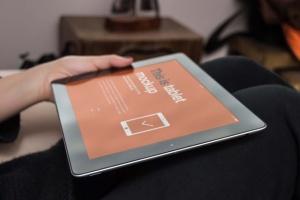 手持iPad使用场景APP应用&网站设计演示模板 Tablet Mock-up插图10