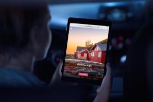 手持iPad场景移动网站设计展示样机 iPad Mock-Ups插图2