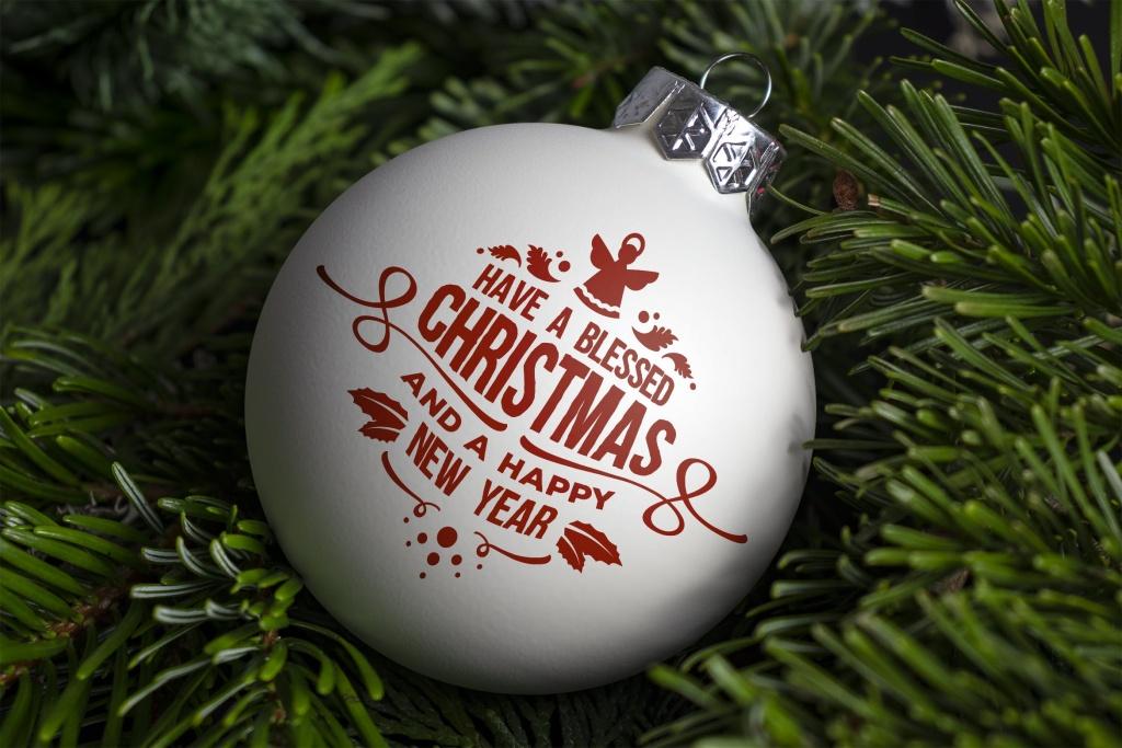 圣诞枝背景圣诞装饰球样机模板 Christmas ball ornament mockup插图