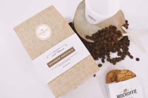 咖啡品牌标识设计咖啡袋&咖啡杯俯视图样机模板 Coffee Bag and Cup Mockup Top View插图1