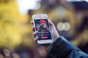 男模特手持iPhone样机模板 iPhone Mock-Up Set插图4