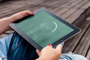 手持iPad使用场景APP应用&网站设计演示模板 Tablet Mock-up插图9