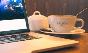 办公场景MacBook Pro笔记本电脑屏幕演示效果样机 Macbook Pro And Coffee Cup Mockup插图2