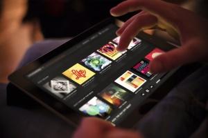 平板APP应用界面设计演示样机模板 Black iPad Tablet App UI Mock-Up插图1