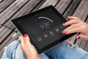 手持iPad使用场景APP应用&网站设计演示模板 Tablet Mock-up插图12