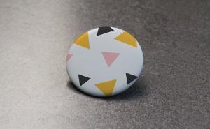 服装别针品牌设计元素展示样机模板 Brand Pin Mockup插图3