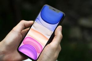 手持iPhone 11 Pro实物手机样机模板 iPhone 11 Pro Mockup插图2
