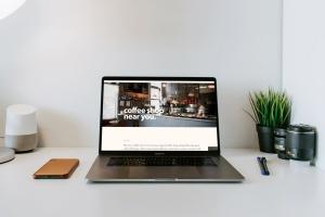 办公桌场景MacBook Pro屏幕预览样机模板v1 Macbook Pro Mockup Set Vol 01插图3