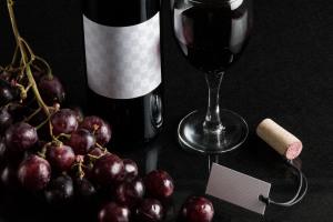 葡萄酒洋酒酒瓶外观标签设计样机模板12 Wine Bottle Mockup 12插图2