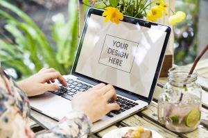 笔记本电脑场景网站设计展示样机 Woman using a laptop Mockup插图1